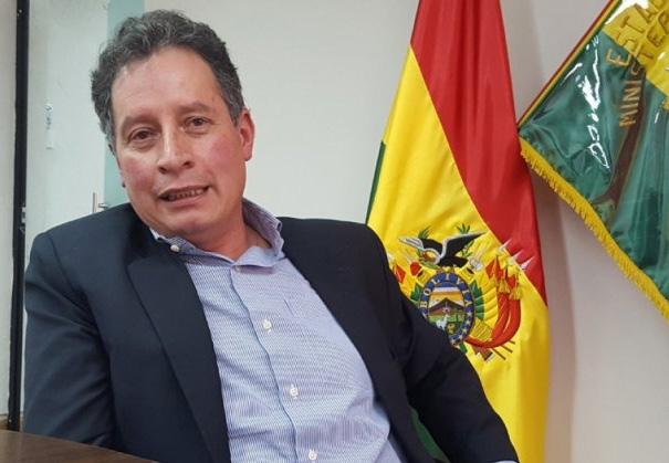 Renuncia el ministro de Minería y afirma que queman su casa